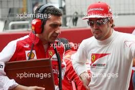 Fernando Alonso (ESP) Ferrari with Andrea Stella (ITA) Ferrari Race Engineer on the grid. 27.10.2013. Formula 1 World Championship, Rd 16, Indian Grand Prix, New Delhi, India, Race Day.