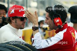 (L to R): Fernando Alonso (ESP) Ferrari with Andrea Stella (ITA) Ferrari Race Engineer on the grid. 13.10.2013. Formula 1 World Championship, Rd 15, Japanese Grand Prix, Suzuka, Japan, Race Day.