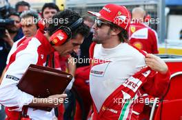 Fernando Alonso (ESP) Ferrari with Andrea Stella (ITA) Ferrari Race Engineer on the grid. 13.10.2013. Formula 1 World Championship, Rd 15, Japanese Grand Prix, Suzuka, Japan, Race Day.