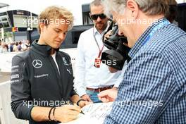 Nico Rosberg (GER) Mercedes AMG F1 writes a message of support for Michael Schumacher. 21.05.2014. Formula 1 World Championship, Rd 6, Monaco Grand Prix, Monte Carlo, Monaco, Preparation Day.