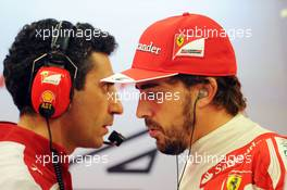(L to R): Andrea Stella (ITA) Ferrari Race Engineer with Fernando Alonso (ESP) Ferrari. 19.09.2014. Formula 1 World Championship, Rd 14, Singapore Grand Prix, Singapore, Singapore, Practice Day.