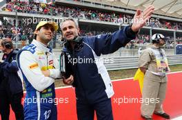 (L to R): Felipe Nasr (BRA) Sauber F1 Team with Beat Zehnder (SUI) Sauber F1 Team Manager on the grid. 25.10.2015. Formula 1 World Championship, Rd 16, United States Grand Prix, Austin, Texas, USA, Race Day.