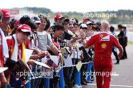 Jock Clear (GBR) Ferrari Engineering Director with fans. 06.10.2016. Formula 1 World Championship, Rd 17, Japanese Grand Prix, Suzuka, Japan, Preparation Day.