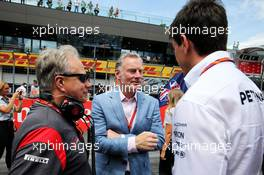 (L to R): Gene Haas (USA) Haas Automotion President with Sean Bratches (USA) Formula 1 Managing Director, Commercial Operations and Toto Wolff (GER) Mercedes AMG F1 Shareholder and Executive Director on the grid. 09.07.2017. Formula 1 World Championship, Rd 9, Austrian Grand Prix, Spielberg, Austria, Race Day.
