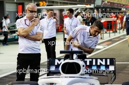 (L to R): Simon Roberts (GBR) McLaren Chief Operating Officer with Andrea Stella (ITA) McLaren Performance Director (Right) look at the Williams FW41. 13.09.2018. Formula 1 World Championship, Rd 15, Singapore Grand Prix, Marina Bay Street Circuit, Singapore, Preparation Day.