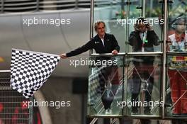 Alain Prost (FRA) Renault F1 Team Special Advisor waves the chequered flag at the end of the race. 14.04.2019. Formula 1 World Championship, Rd 3, Chinese Grand Prix, Shanghai, China, Race Day.