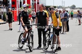 (L to R): Daniel Ricciardo (AUS) Renault F1 Team with Alan Permane (GBR) Renault F1 Team Trackside Operations Director and Karel Loos (BEL) Renault F1 Team Race Engineer. 20.06.2019. Formula 1 World Championship, Rd 8, French Grand Prix, Paul Ricard, France, Preparation Day.
