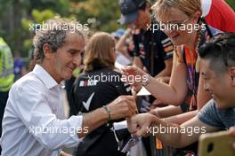 Alain Prost (FRA) Renault F1 Team Special Advisor signs autographs for the fans. 21.09.2019. Formula 1 World Championship, Rd 15, Singapore Grand Prix, Marina Bay Street Circuit, Singapore, Qualifying Day.