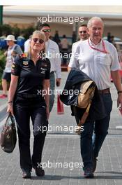 (L to R): Jayne Poole (GBR) Red Bull Racing HR Director with Dr Helmut Marko (AUT) Red Bull Motorsport Consultant. 01.12.2019. Formula 1 World Championship, Rd 21, Abu Dhabi Grand Prix, Yas Marina Circuit, Abu Dhabi, Race Day.