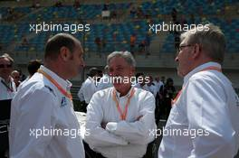 Race, (L-R) Bruno Michel, CEO FIA F2 series, Chase Carey (USA) Formula One Group Chairman and Ross Brawn (GBR) Formula One Managing Director of Motorsports 31.03.2019. FIA Formula 2 Championship, Rd 1, Sakhir, Bahrain, Sunday.