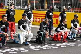 Drivers on the grid take a knee before the start of the race. 02.08.2020. Formula 1 World Championship, Rd 4, British Grand Prix, Silverstone, England, Race Day.