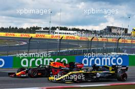 Max Verstappen (NLD) Red Bull Racing RB16 and Daniel Ricciardo (AUS) Renault F1 Team RS20 battle for position. 11.10.2020. Formula 1 World Championship, Rd 11, Eifel Grand Prix, Nurbugring, Germany, Race Day.