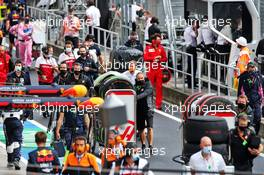 Mechanics clear the grid before the start of the race. 19.07.2020. Formula 1 World Championship, Rd 3, Hungarian Grand Prix, Budapest, Hungary, Race Day.