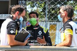 (L to R): Karel Loos (BEL) Renault F1 Team Race Engineer with Daniel Ricciardo (AUS) Renault F1 Team and Cyril Abiteboul (FRA) Renault Sport F1 Managing Director. 05.09.2020. Formula 1 World Championship, Rd 8, Italian Grand Prix, Monza, Italy, Qualifying Day.