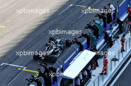 Race winner Valtteri Bottas (FIN) Mercedes AMG F11 W11 passes his team at the end of the race. 27.09.2020. Formula 1 World Championship, Rd 10, Russian Grand Prix, Sochi Autodrom, Sochi, Russia, Race Day.