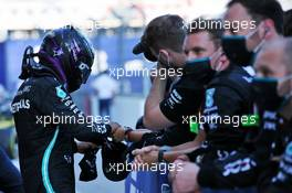 Lewis Hamilton (GBR) Mercedes AMG F1 celebrates with the team in parc ferme. 27.09.2020. Formula 1 World Championship, Rd 10, Russian Grand Prix, Sochi Autodrom, Sochi, Russia, Race Day.