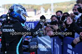 Race winner Valtteri Bottas (FIN) Mercedes AMG F1 celebrates with the team in parc ferme. 27.09.2020. Formula 1 World Championship, Rd 10, Russian Grand Prix, Sochi Autodrom, Sochi, Russia, Race Day.