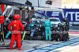 Lewis Hamilton (GBR) Mercedes AMG F1 W11 serves his 2 x 5 seconds penalties during his pit stop. 27.09.2020. Formula 1 World Championship, Rd 10, Russian Grand Prix, Sochi Autodrom, Sochi, Russia, Race Day.