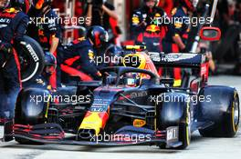 Alexander Albon (THA) Red Bull Racing RB16 makes a pit stop. 27.09.2020. Formula 1 World Championship, Rd 10, Russian Grand Prix, Sochi Autodrom, Sochi, Russia, Race Day.