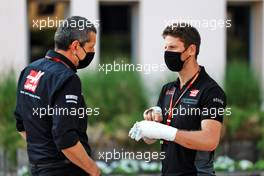 (L to R): Guenther Steiner (ITA) Haas F1 Team Prinicipal with Romain Grosjean (FRA) Haas F1 Team. 05.12.2020. Formula 1 World Championship, Rd 16, Sakhir Grand Prix, Sakhir, Bahrain, Qualifying Day.