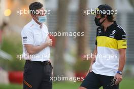 (L to R): Andreas Seidl, McLaren Managing Director with Fernando Alonso (ESP) Renault F1 Team. 06.12.2020. Formula 1 World Championship, Rd 16, Sakhir Grand Prix, Sakhir, Bahrain, Race Day.