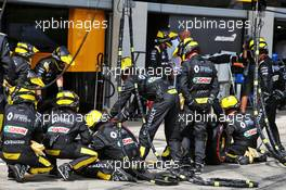 Renault F1 Team makes a pit stop. 12.07.2020. Formula 1 World Championship, Rd 2, Steiermark Grand Prix, Spielberg, Austria, Race Day.