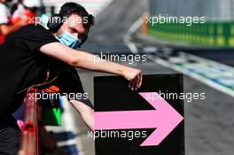 Racing Point F1 Team mechanic with a pit board. 12.09.2020. Formula 1 World Championship, Rd 9, Tuscan Grand Prix, Mugello, Italy, Qualifying Day.