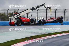 Antonio Giovinazzi (ITA) Alfa Romeo Racing C39 is craned out of the gravel trap after he crashed heading to the grid. 15.11.2020. Formula 1 World Championship, Rd 14, Turkish Grand Prix, Istanbul, Turkey, Race Day.