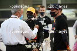 Lewis Hamilton (GBR) Mercedes AMG F1 and Max Verstappen (NLD) Red Bull Racing with Chase Carey (USA) Formula One Group Chairman on the grid 13.12.2020. Formula 1 World Championship, Rd 17, Abu Dhabi Grand Prix, Yas Marina Circuit, Abu Dhabi, Race Day.
