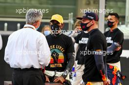 Lewis Hamilton (GBR) Mercedes AMG F1 and Max Verstappen (NLD) Red Bull Racing with Chase Carey (USA) Formula One Group Chairman on the grid. 13.12.2020. Formula 1 World Championship, Rd 17, Abu Dhabi Grand Prix, Yas Marina Circuit, Abu Dhabi, Race Day.