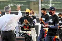 (L to R): Chase Carey (USA) Formula One Group Chairman with Lewis Hamilton (GBR) Mercedes AMG F1 and Max Verstappen (NLD) Red Bull Racing on the grid. 13.12.2020. Formula 1 World Championship, Rd 17, Abu Dhabi Grand Prix, Yas Marina Circuit, Abu Dhabi, Race Day.