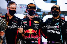 (L to R): Paul Monaghan (GBR) Red Bull Racing Chief Engineer with race winner Max Verstappen (NLD) Red Bull Racing and third placed Lewis Hamilton (GBR) Mercedes AMG F1 on the podium. 13.12.2020. Formula 1 World Championship, Rd 17, Abu Dhabi Grand Prix, Yas Marina Circuit, Abu Dhabi, Race Day.