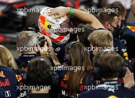 Race winner Max Verstappen (NLD) Red Bull Racing celebrates with the team in parc ferme. 13.12.2020. Formula 1 World Championship, Rd 17, Abu Dhabi Grand Prix, Yas Marina Circuit, Abu Dhabi, Race Day.