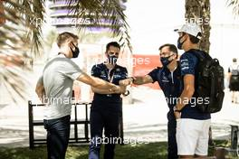 Jenson Button (GBR) Sky Sports F1 Presenter / Williams Racing Senior Advisor with Jost Capito (GER) Williams Racing Chief Executive Officer and George Russell (GBR) Williams Racing. 27.03.2021. Formula 1 World Championship, Rd 1, Bahrain Grand Prix, Sakhir, Bahrain, Qualifying Day.
